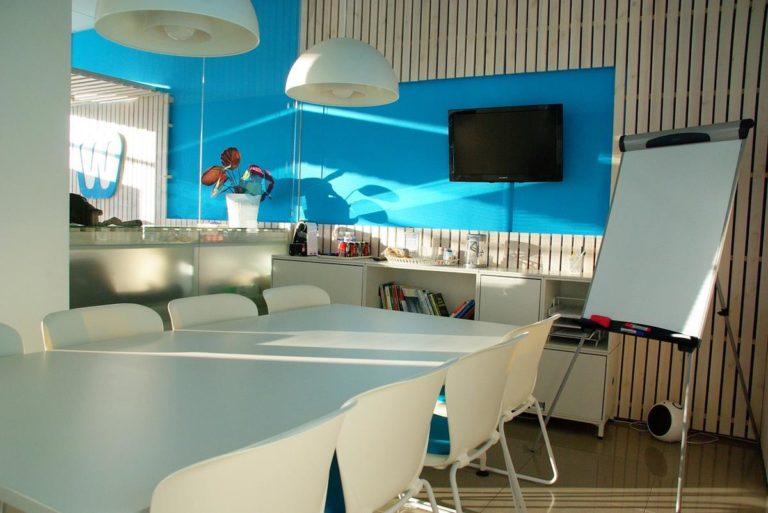 Jakie stoliki dodatkowe pasują do salonu?