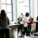 Dlaczego warto korzystać z usług salonów fryzjerskich?